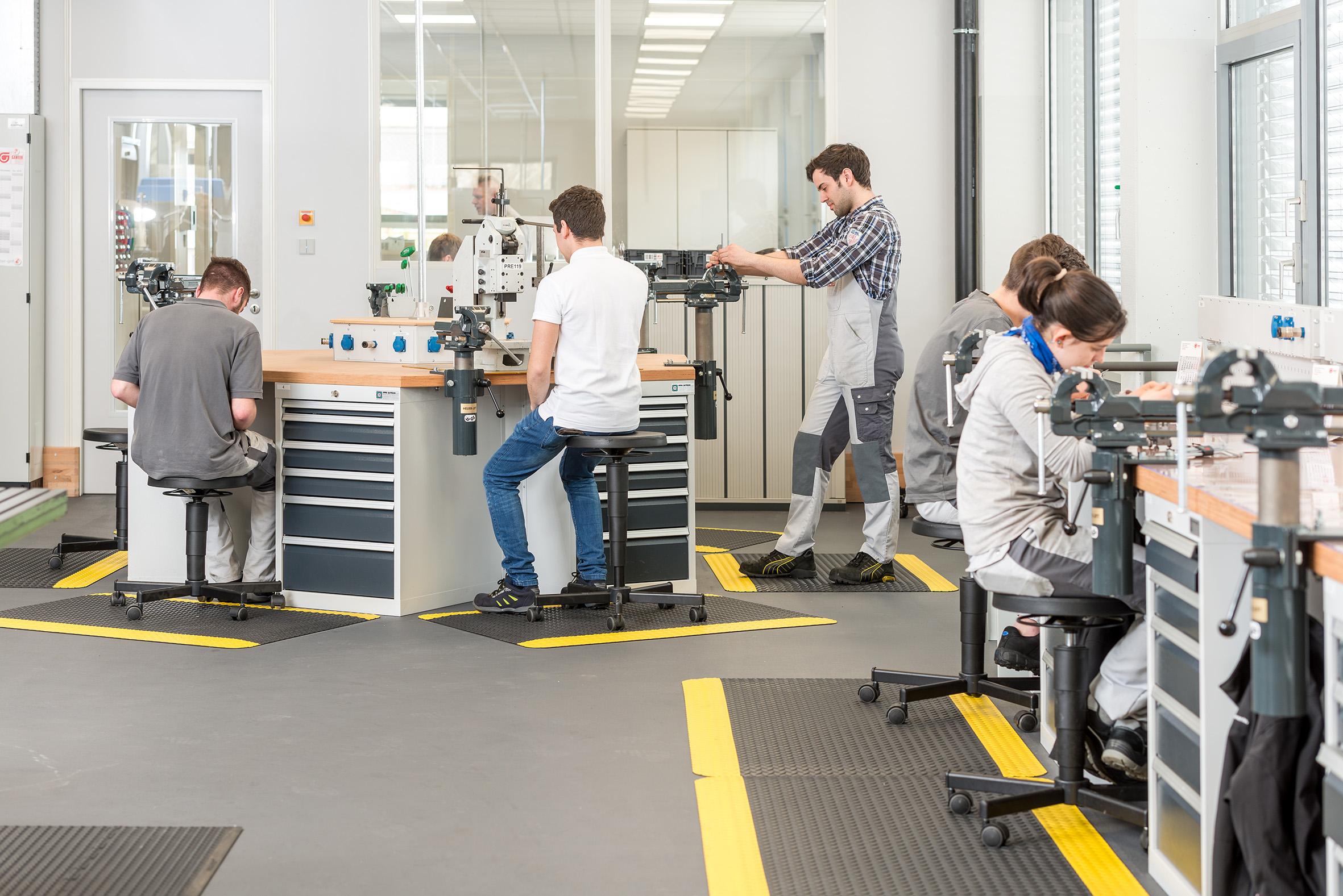 bedrunka hirth Hocker Stehhilfen Stühle Werkstatt Fertigung Produktion